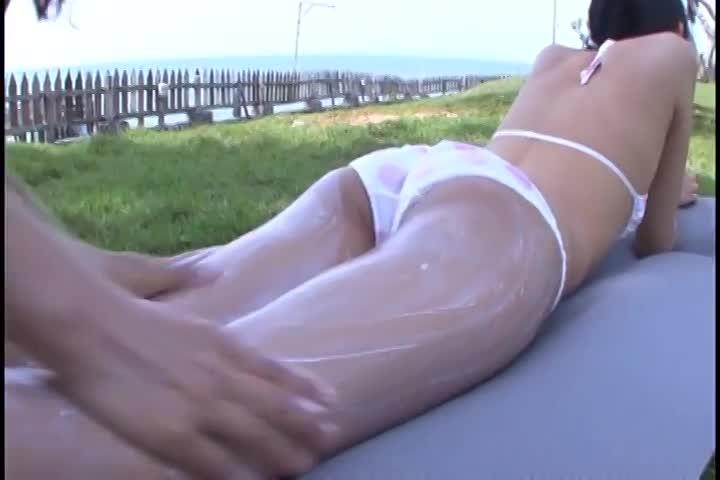 【辻本杏】スレンダー美少女のビキニイメージビデオ。どこか寂しげな大人の表情。