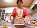 FJF-1982 ホンキでお料理している美人ママにいたずら